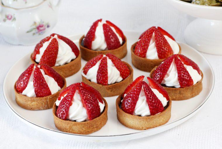Mini Tarte cu ganache de ciocolată și căpșuni